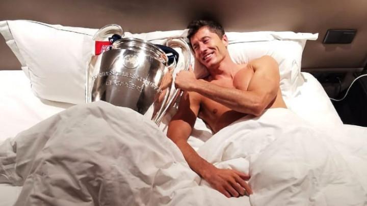 Slika Lewandowskog iz kreveta bacila u trans navijače Bayerna