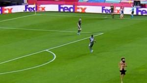 Šok na licima Granade i Manchester Uniteda: Nepoznat muškarac go utrčao na teren
