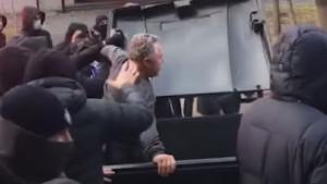 Nestvarne scene: Navijači direktora ubacili u kontejner i 'provozali' ga po ulicama