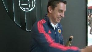 Valencia na zanimljiv način čestitala rođendan Nevillu: Pazi kad otvaraš šampanjac...
