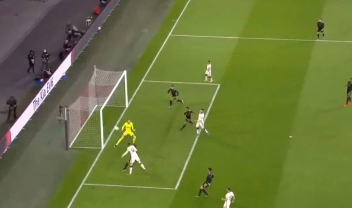 Džeko promašio veliku šansu, nedugo zatim golman Ajaxa se žestoko osramotio