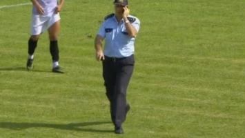 Zbunjeni igrači gledali u policajca koji se šetao terenom