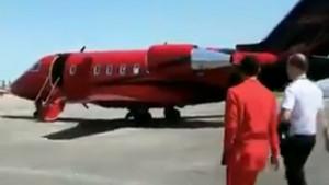 Crveno odijelo, crveni avion - da li je let u pravcu crvenog dijela Liverpoola?
