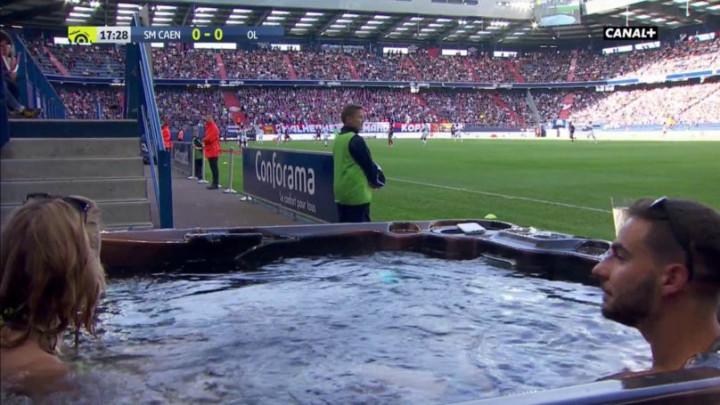 Kakav sretnik: U jacuzziju s djevojkom gledao utakmicu omiljenog kluba