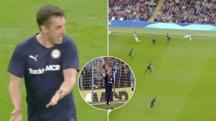 Nije prošla ni minuta, a Carragher i Neville su se posvađali na terenu