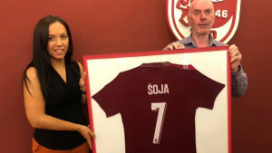 Direktorica FK Sarajevo uručila poklon uposleniku koji je u klubu doživio svih sedam titula