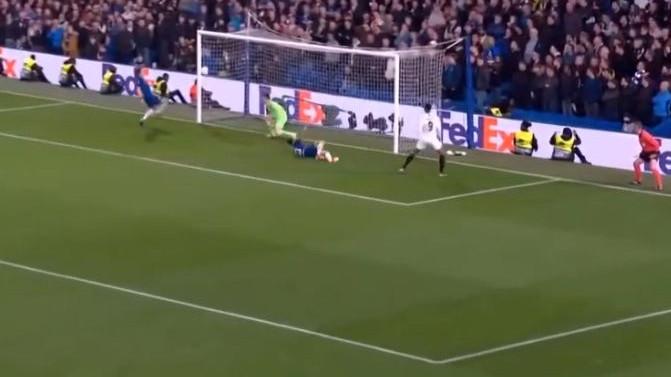 Igrači i navijači Frankfurta počeli slaviti prolaz u finale, a onda je s gol linije lotpu izbio Luiz