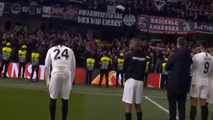 Da se naježiš: Navijači Frankfurta pjesmom pozdravili igrače nakon šokantnog poraza