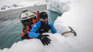 Skok u vodu s ledene sante na Antarktiku