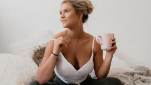 Kinsey ne želi da je zaborave: Objavila je nove provokativne fotografije s grudima u prvom planu