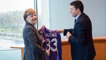 Italijanski premijer Gomezov dres poklonio Angeli Merkel