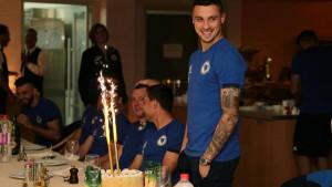 Rade Krunić stigao na okupljanje, pa sa saigračima proslavio rođendan
