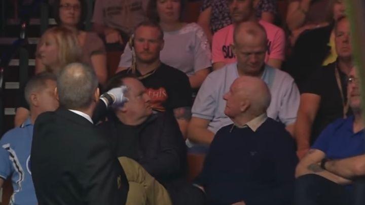 Zaspao pijan u publici, pa ga izbacili s meča zbog ometanja