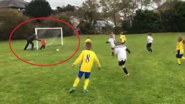 Otac godine: Gurnuo sina da ne primi gol