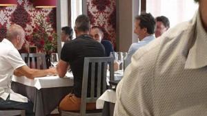 Sarri uživa dok traju pregovori sa Juventusom, a ova slika iz jednog lokala to i dokazuje