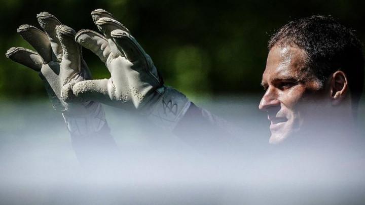 Zvanične potvrda nije stigla, ali objava liste igrača otkriva da je Begović potpisao