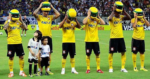 Fudbaleri Corinthiansa zbog Senne sa kacigama na glavi