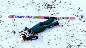 Uznemirujući snimci: Poljski ski skakač pao pri brzini 90 km/h i ostao ležati u krvi