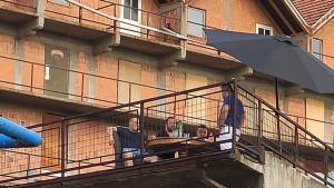 Navijači u BiH pronašli način da prate meč: Terasa, roštilj i piće