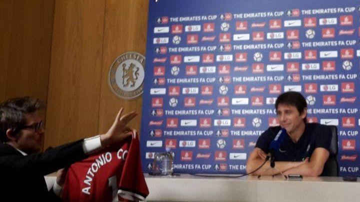 Komedija na pressu: Conteu poklonili dres Uniteda sa potpisom Josea Mourinha