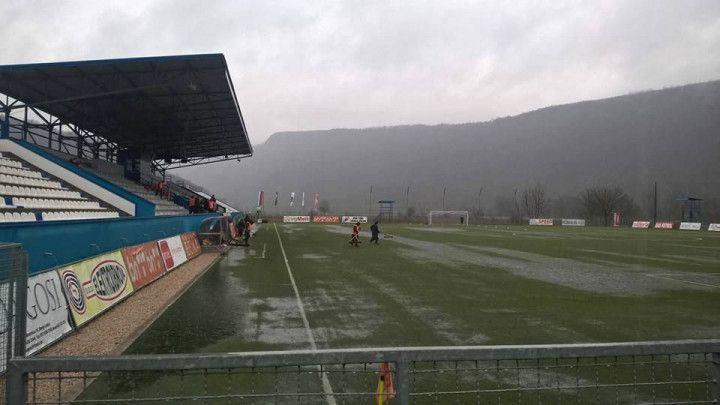 Vaterpolo umjesto fudbala: Igrači Krupe i Širokog nemoćni protiv kiše