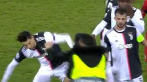 Navijač utrčao na teren i udario Ronalda, Portugalac mu umalo vratio
