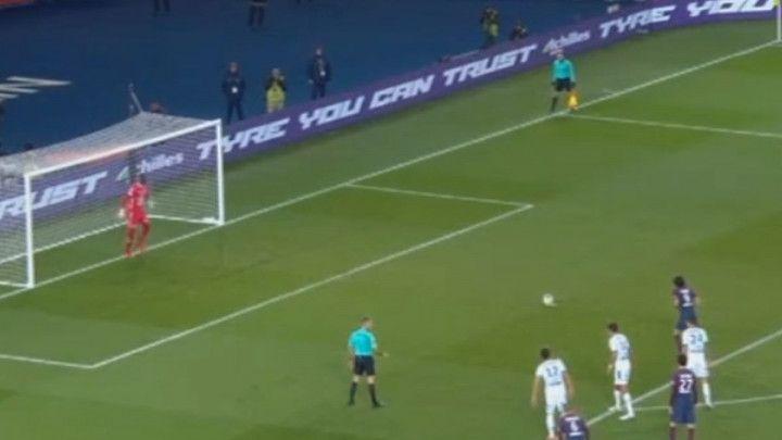 """Neymar se """"slatko"""" smije: Cavani promašio penal"""