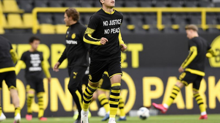 Emotivan početak utakmice: Nogometaši Borussije Dortmund i Herthe pali na koljena