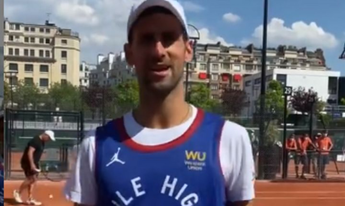 Đoković u posebnom dresu trenirao pred današnji spektakl protiv Nadala