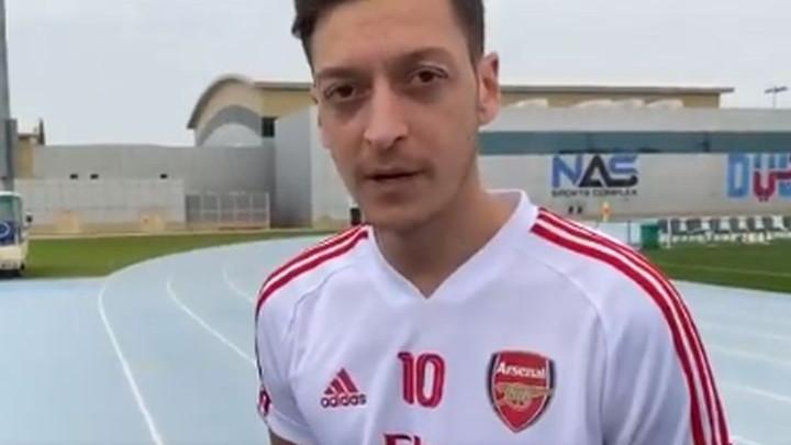 Mesut Ozil ničim izazvan ponovo prozvao Unaija Emeryja i nije ga štedio