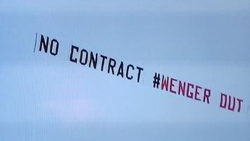 Baneri na avionima rat navijačkih grupa Arsenala iz Kine