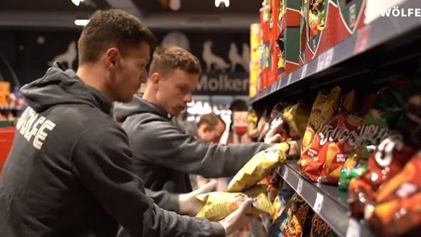 Igrači Wolfsburga rade u supermarketu, među njima i golman iz BiH