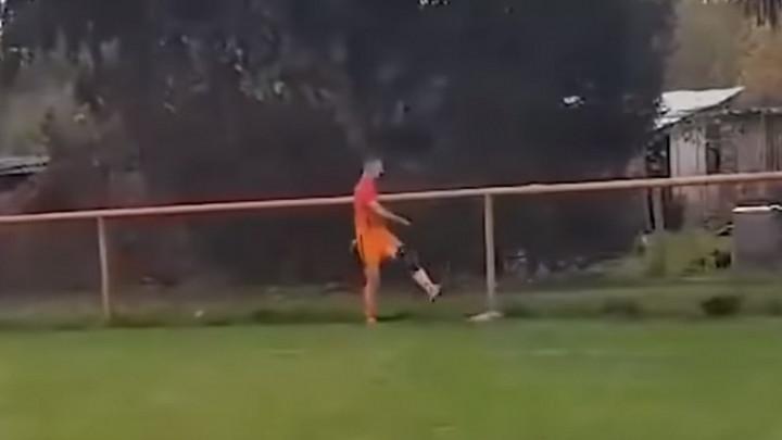 Kokoš koju je hrvatski fudbaler udario nogom je živa, samo joj fali rep