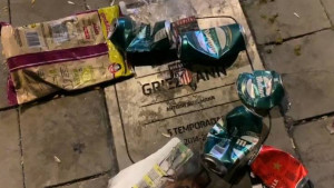 Griezmannova spomen-ploča ispred Wanda Metropolitana je sinoć bila kanta za smeće
