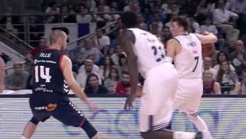Mladi Slovenac Luka Dončić se igra košarke