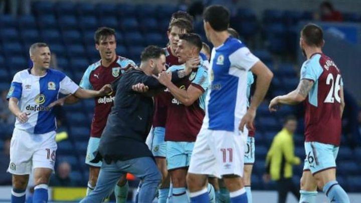 Navijač napao igrača Burnleyja, odbranili ga saigrači