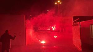 Navijači Zrinjskog uz bakljadu dočekali svoje fudbalere i poslali poruku Veležu