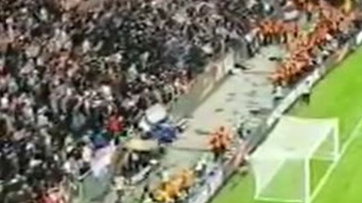 Navijači Ajaxa stolicama gađali svoje igrače