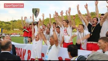 Šampionski pehar u rukama fudbalera Mladosti