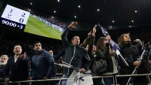 Bizarno: Tottenham izbacio navijače jer su stajali na tribinama