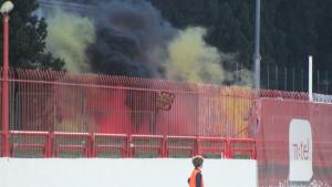 Ultrasi ispred stadiona proslavljaju rođendan: Bakljada u 27. minuti meča