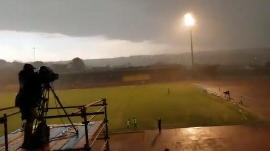 Nezapamćeno nevrijeme prekinulo utakmicu dok su igrači bježali pred vjetrom