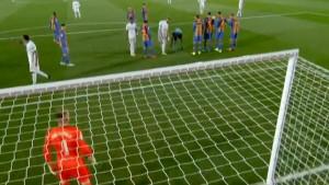 Kroos izveo slobodni udarac, lopta pogodila dva igrača Barce i završila u mreži