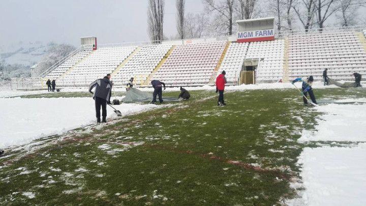 Navijači od jutros čiste snijeg na terenu u Kaknju