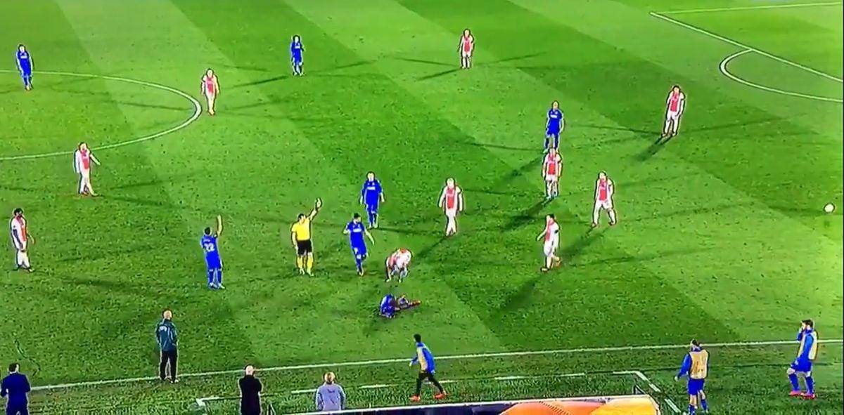 Nezadovoljan sudijskom odlukom fudbaler Ajaxa se bacio na teren i počeo se valjati