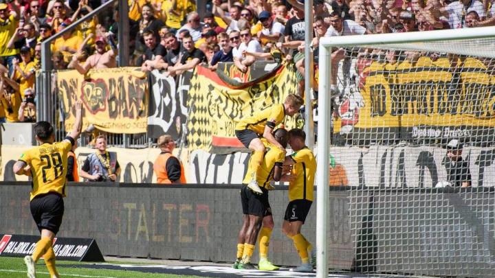 Zastava s ljiljanima među navijačima Dynamo Dresdena