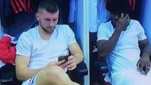 Navijači Milana bijesni što igrači koriste mobitele pred meč, ali Pioli je sada sve objasnio