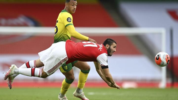 Navijačima Arsenala kao da samo Kolašinac igra na terenu: Zbunjen, šta zapravo radi?