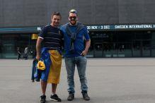 Navijači AIK-a ispred stadiona postavili dva transparenta