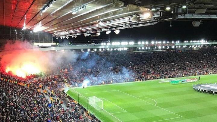 Publika se čudi, gore baklje na Old Traffordu